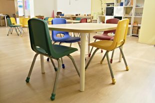 a table and chairs in a classroom